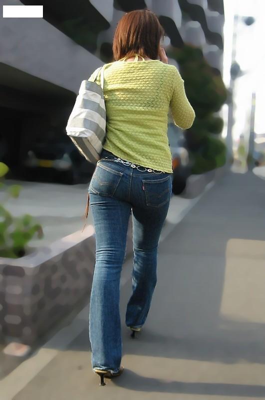 ジーンズにTシャツやタンクトップを着た女性の後姿の盗撮素人エロ画像18