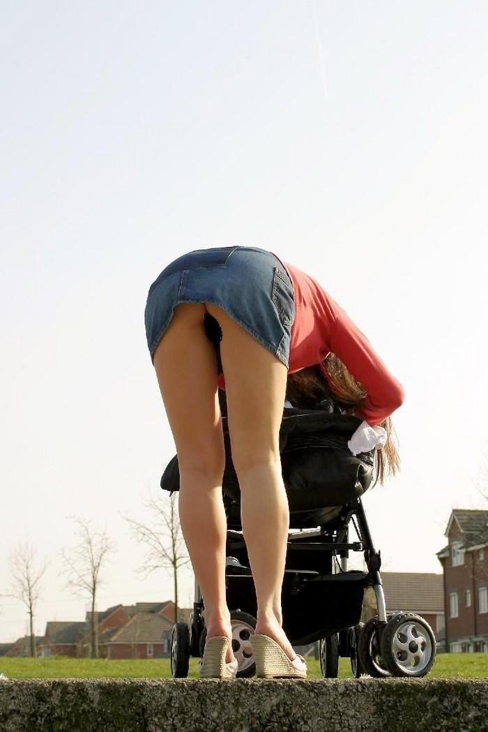 子連れ若ママのエロい瞬間を盗撮した素人H画像4