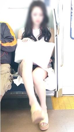 意外と太ももパラダイスな電車内盗撮素人エロ画像-054