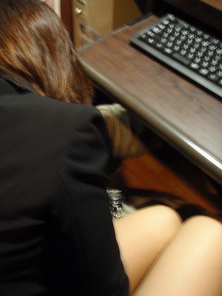 ネットカフェの女性が利用している部屋を盗撮した素人エロ画像07