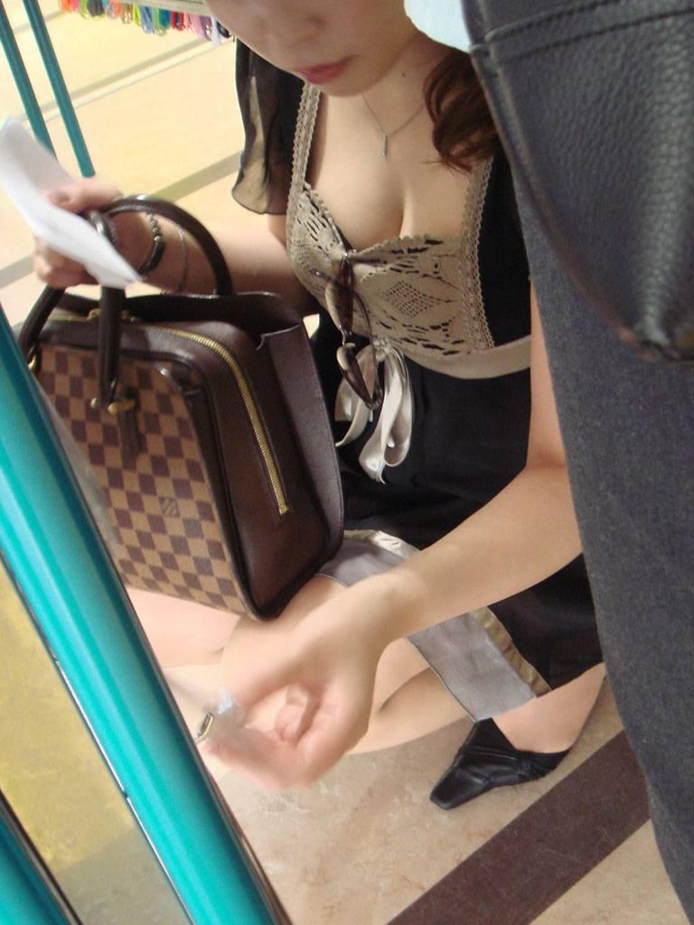 買い物中の女性の胸チラおっぱいエロ画像14