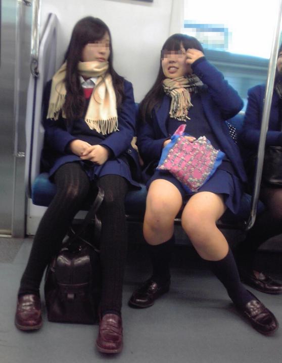 女子校生の太もも電車内盗撮素人エロ画像14