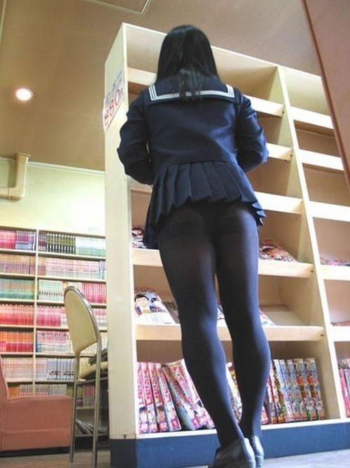 脚やお尻や太ももなど女性の下半身エロ画像56-1