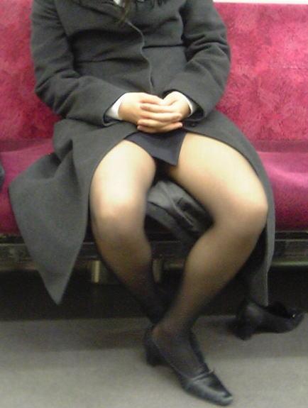通勤電車で盗撮したパンスト脚の素人エロ画像16