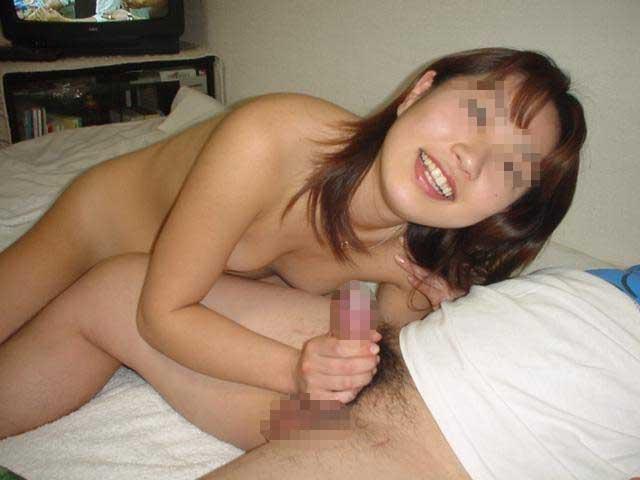 彼のチ○コをシコシコしまくる彼女を撮った素人手コキエロ画像06
